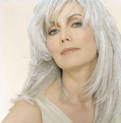 longs cheveux gris